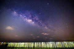 Melkachtige manier bij het overzees in donkere nacht Stock Afbeelding