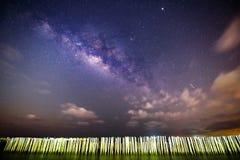 Melkachtige manier bij het overzees in donkere nacht Royalty-vrije Stock Afbeeldingen