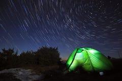 Melkachtige manier boven de bergen met tent Stock Foto