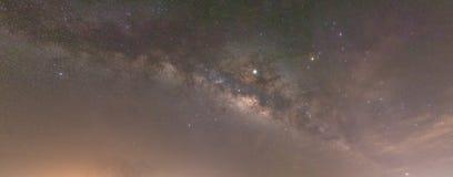 Melkachtige manier die in hemel en parallel met grond stijgen stock foto