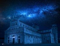 Melkachtige manier en dalende sterren over oude monumenten in Pisa stock foto