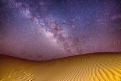 Melkachtige manier op woestijn stock fotografie