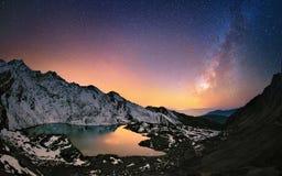 Melkachtige manier over de bergen Royalty-vrije Stock Afbeeldingen