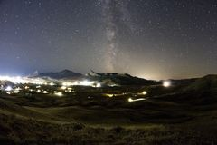 Melkachtige manier over de bergvallei Stock Foto's