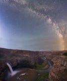 Melkachtige manier over de watervallen Stock Afbeeldingen
