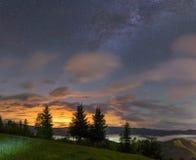 Melkachtige manier over een bergvallei met wolken Stock Afbeeldingen
