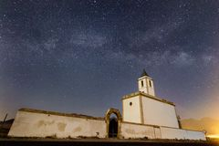 Melkachtige manier over Iglesia DE las Salinas stock afbeelding