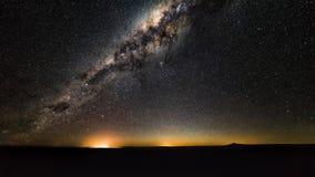 Melkachtige maniermelkweg met sterren en ruimtestof in het heelal stock foto