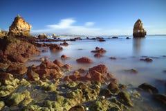 Melkachtige overzees en rotsen dichtbij Lagos, Algarve, Portugal Stock Afbeelding