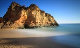 Melkachtige overzeese en rotsvorming, Lagos, Algarve, Portugal Stock Foto's