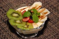 Melkachtige woestijn met kiwi, kersen, banaan, munt en chocolade het toping stock fotografie