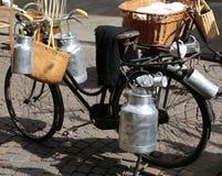melkblikken op oude fiets van de melkboer worden vervoerd die Royalty-vrije Stock Fotografie