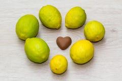 Melkchocola hart-vormig met zeven kalk Stock Foto's