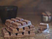 Melkchocola op bruine achtergrond Stock Foto's