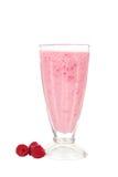 Melkcocktail met framboos in een glas op wit wordt geïsoleerd dat Royalty-vrije Stock Fotografie