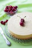 Melken Sie Auflauf und weißen Schokoladenkuchen mit frischer Kirsche Stockfoto