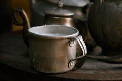 Melken Sie Becher und alte Teekanne und Kessel in einer kyrgyz yurt Küche Lizenzfreies Stockfoto