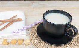 Melken Sie in einem Glas mit Süßigkeiten auf einem Holztisch Lizenzfreie Stockfotos