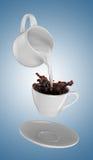Melken Sie gegossen werden in kleinen Tasse Kaffee 3d Lizenzfreies Stockfoto