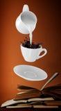 Melken Sie gegossen werden in kleinen Tasse Kaffee 3d Lizenzfreie Stockfotos