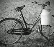 melkende fiets met bak voor melkvervoer met achter en wit e stock foto