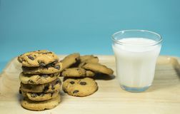 MELKglas EN CRACKERSa glas melk met stapel van crackers royalty-vrije stock afbeeldingen