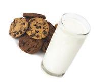 Melkglas en koekjes Stock Foto's