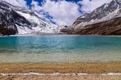 Melkmeer in de sneeuwbergen bij Yading-Natuurreservaat Royalty-vrije Stock Foto's