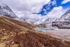 Melkmeer op de sneeuwbergen in Yading Stock Afbeelding