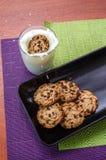 Melkplons door koekje met dalende chocoladevonken die wordt veroorzaakt royalty-vrije stock foto