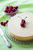 Melksoufflé en witte chocoladecake met verse kers Stock Foto