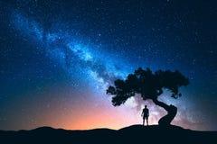 Melkweg, boom en silhouet van de alleen mens Het landschap van de nacht stock foto's