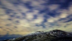 Melkweg boven de vulkaan Etna. Tijdtijdspanne stock video