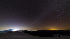Melkweg die zich over de hemel over stad bewegen stock footage