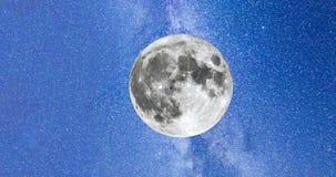 Melkweg en de volle maan 4k timelapse stock footage