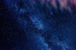 Melkweg en sterrige hemel met wolken royalty-vrije stock afbeelding