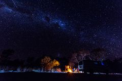 Melkweg en Vallende ster stock foto