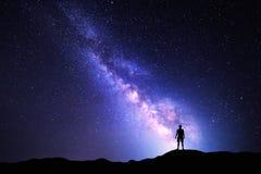 Melkweg Nachthemel en silhouet van een bevindende mens royalty-vrije stock afbeelding