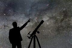 Melkweg Nachthemel met sterren en silhouet van een bevindende mens royalty-vrije stock fotografie