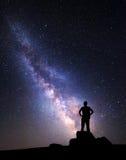 Melkweg Nachthemel met sterren en silhouet van een mens stock afbeeldingen