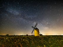 Melkweg op een windmolen bij nacht stock afbeelding