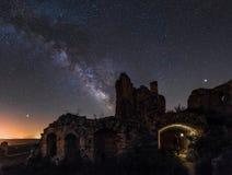 Melkweg over de ruïnes stock fotografie