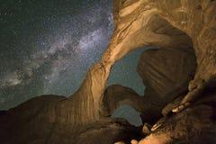 Melkweg over Dubbele Vensterboog stock fotografie