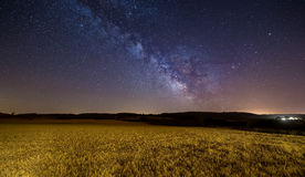 Melkweg over een graangewassengebied Stock Afbeeldingen