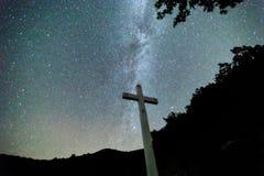 Melkweg over Meteora, Griekenland Stock Afbeelding