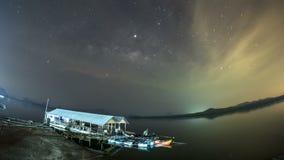 Melkweg in Sam Chong Tai, Phang Nga, Bangkok Tam Lap, de sterren en de nachtwolken stock footage
