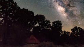Melkweg timelapse over een kampeerterrein stock footage