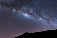 Melkweglandschap duidelijk Melkachtige manier boven Top van Rinjani-berg op nachthemel Het Eiland van Lombok, Indonesië Stock Fotografie