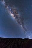 Melkweglandschap duidelijk Melkachtige manier boven Top van Rinjani-berg op nachthemel Het Eiland van Lombok, Indonesië Royalty-vrije Stock Foto's