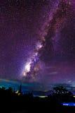 Melkwegstijgingen over de pagode van Thailand Stock Afbeelding
